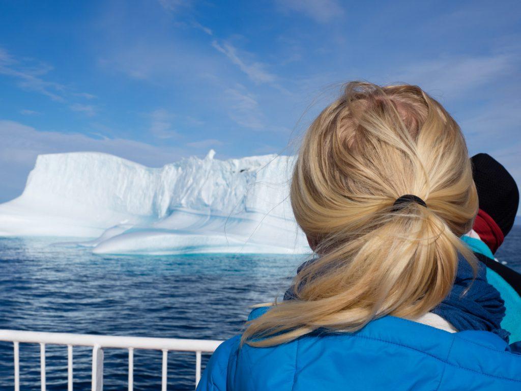Natascha vor einem Eisberg