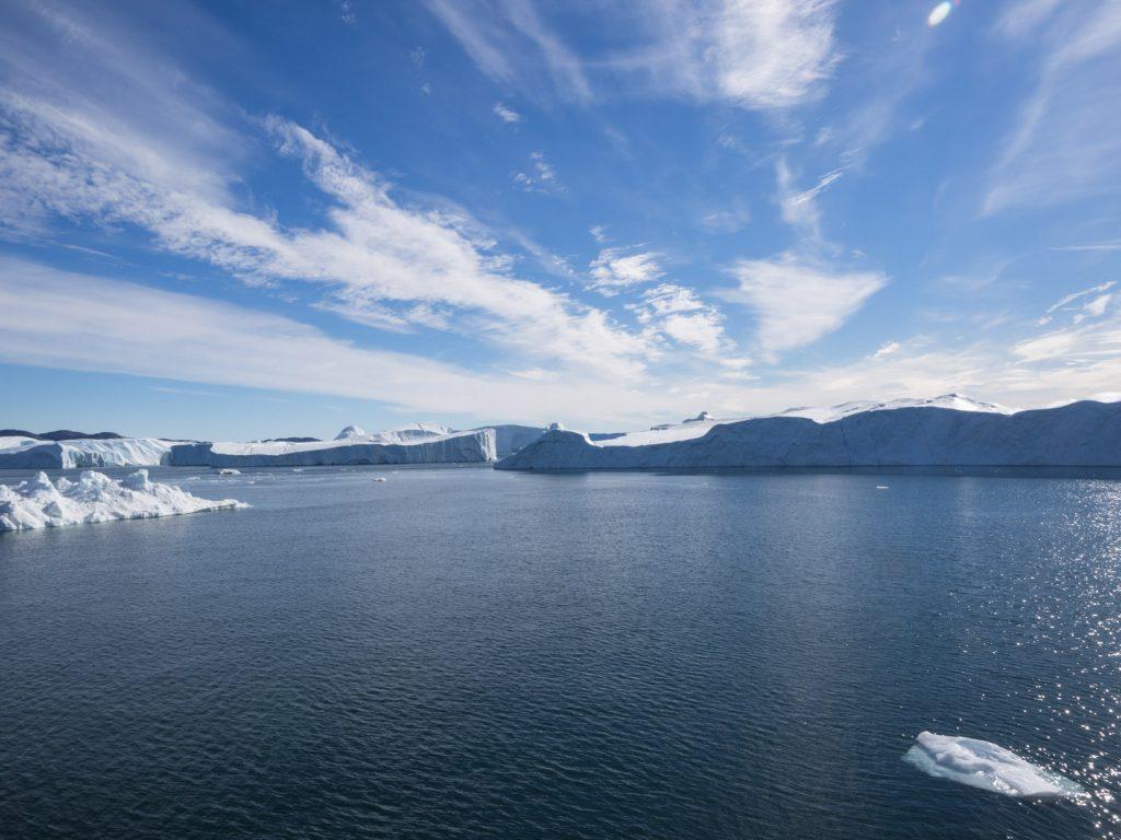 Eine Wand aus Eisbergen